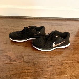 Nike black and rose gold running sneakers 6.5